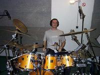 Nicolas enregistre les parties de batterie  au studio VF
